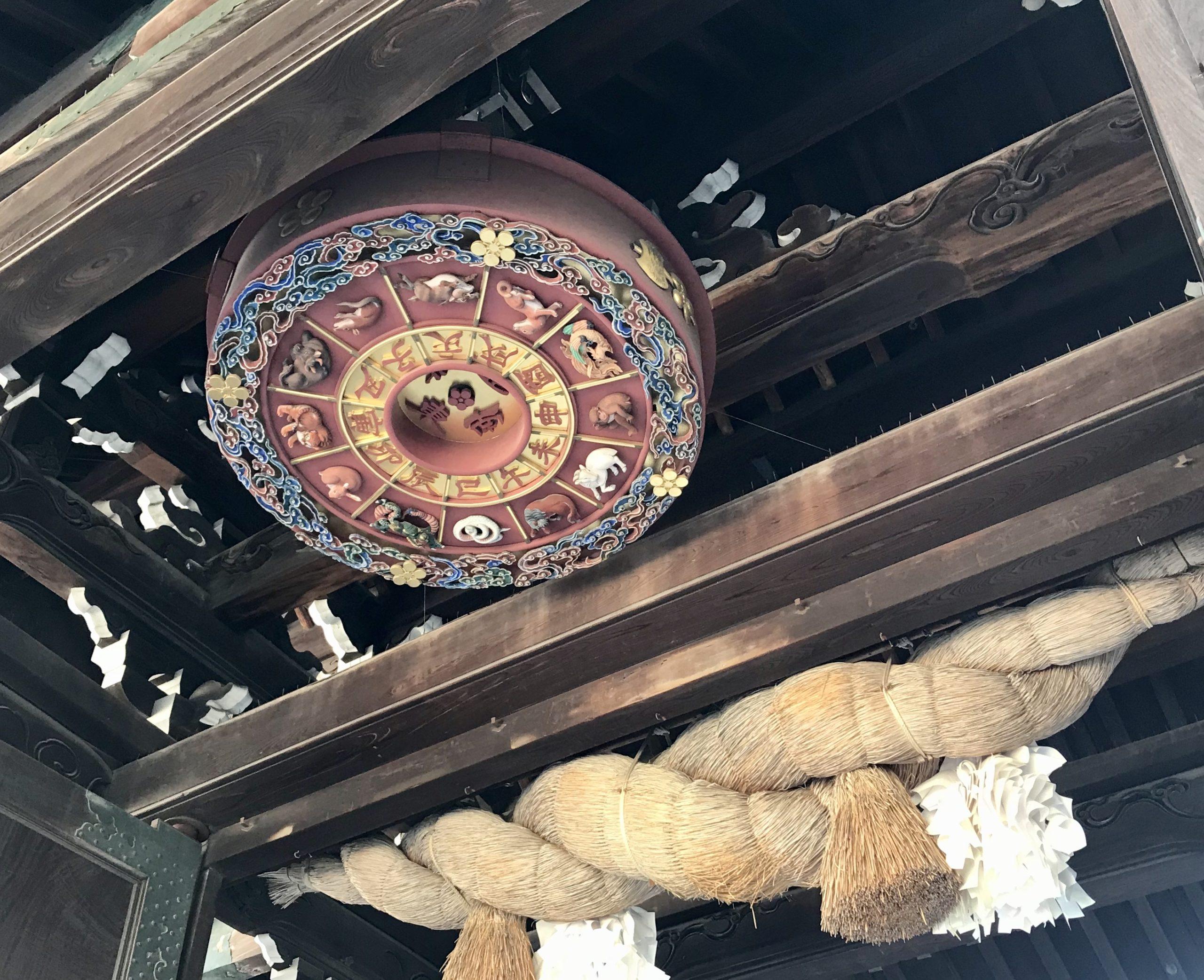 大阪天満宮のしめ縄と干支盤