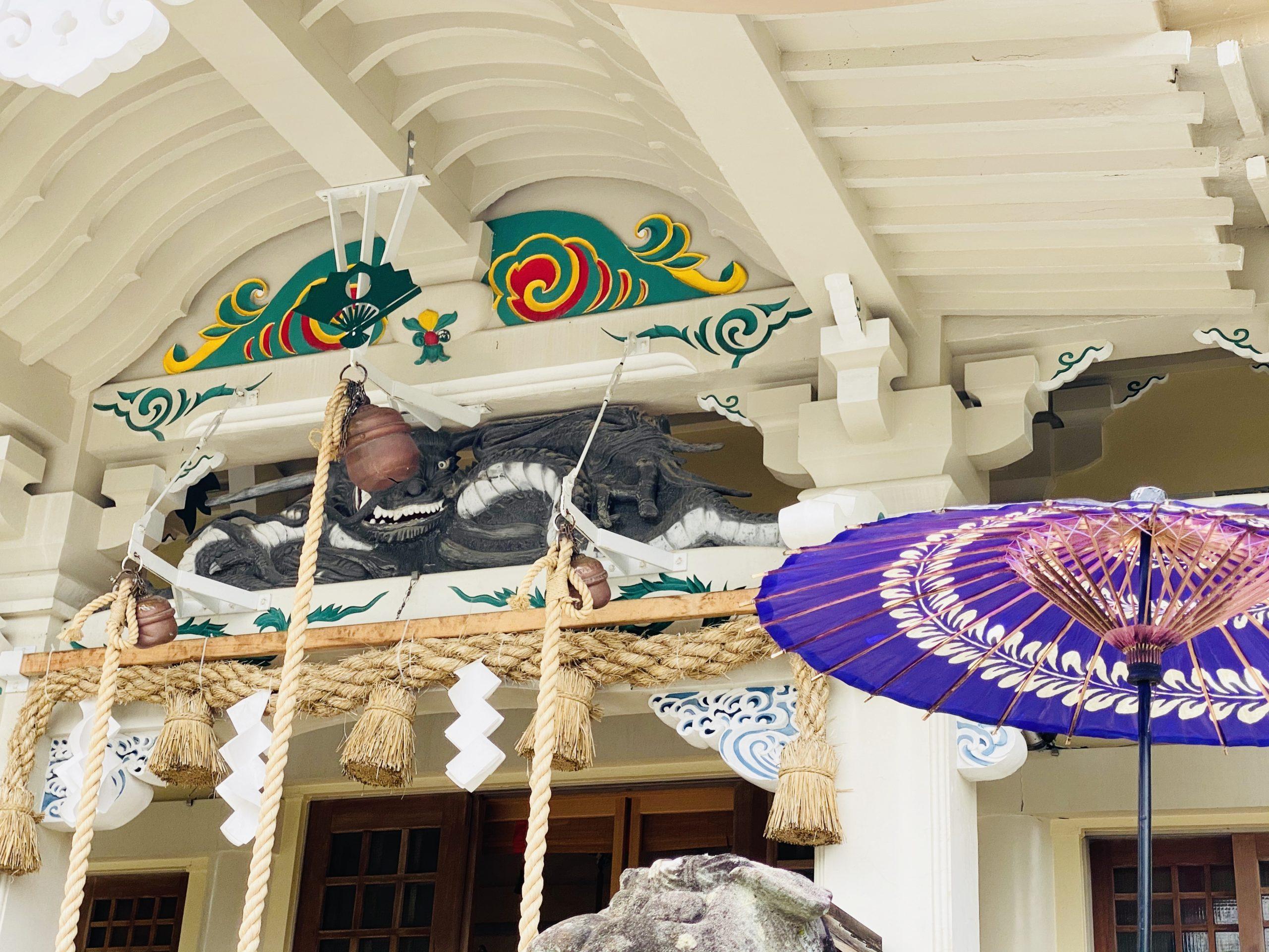 武雄神社の白&カラフルな社殿