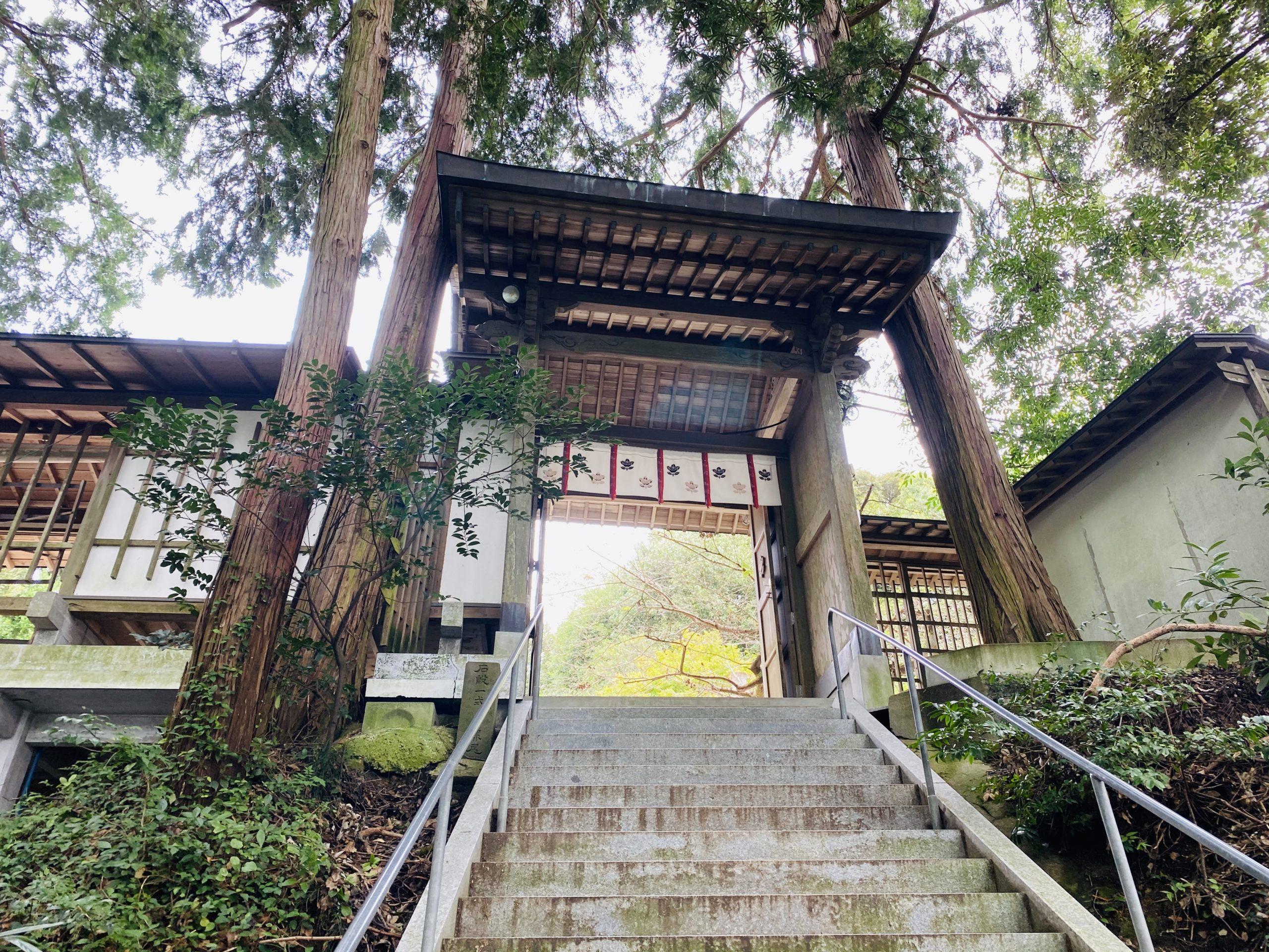 緑が迫る神社の楼門